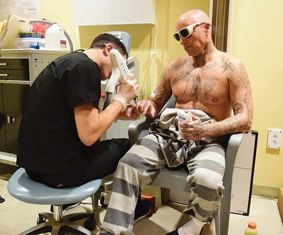 presos quitan tatuajes